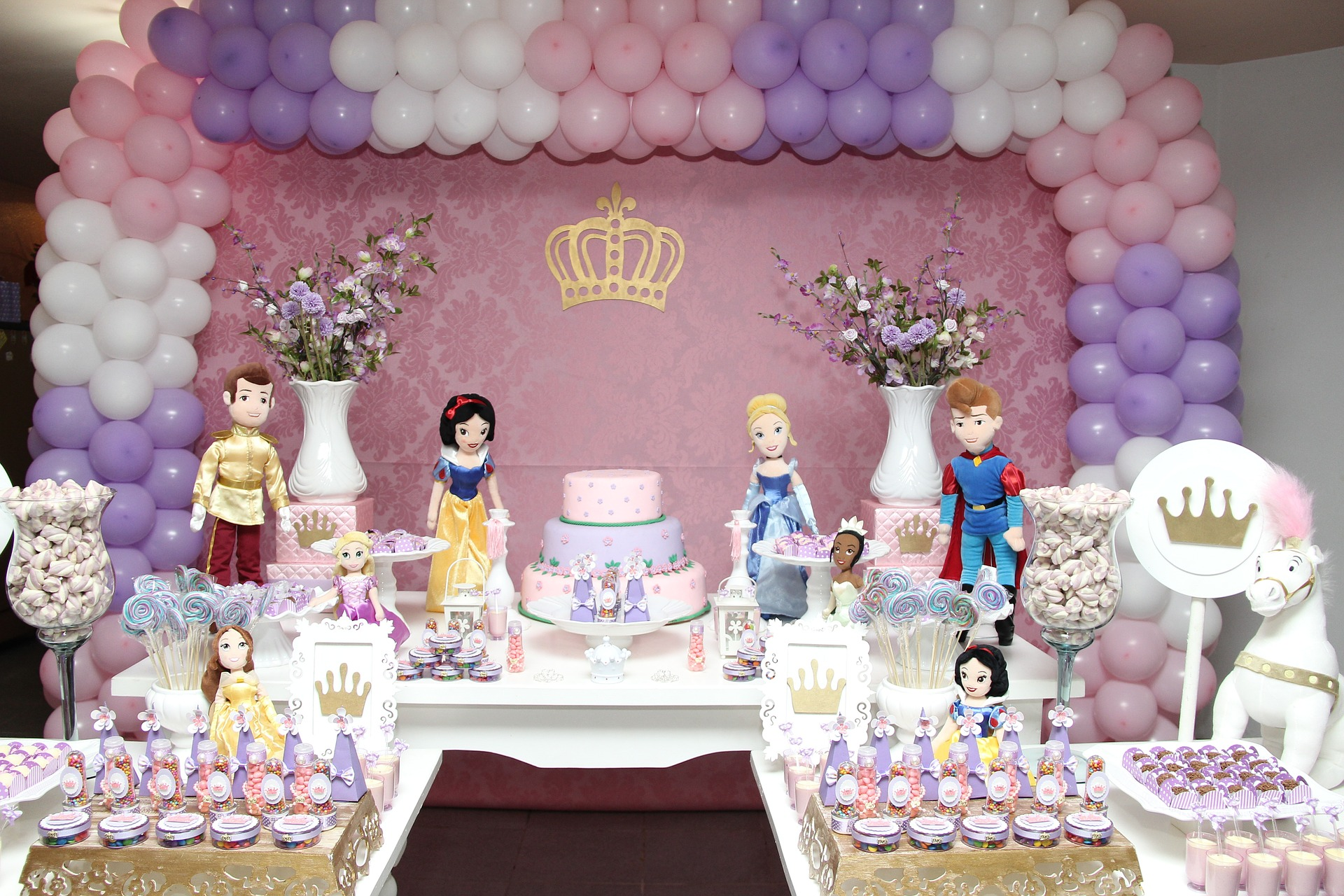 Girl-themed birthday party arrangment